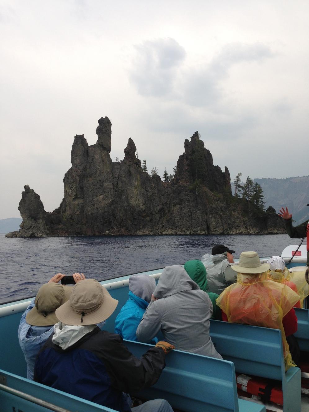 """Bu resimde gördüğünüz kayalıklar aslında bir """"hayalet gemi""""yi oluşturan birer parça. Bize Crater Lake'i (Krater Gölü) gezdiren kaptanımız böyle tanıtıyor bu kayalıkları. Kim bilir bu kayalıklara Phantom Ship (Hayalet Gemi) ismini kimler takmış. Bu görüntüye bakınca pek de haksız sayılmazlar aslında. Bu manzarayı gördükten sonra gölün etrafında bir gece kamp yapmaya var mısınız?"""
