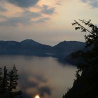 Gölde akşamüzeri müthiş bir manzaraya tanık olunca yalnızca bir dakika süren bu görüntüyü kaçırmamak için peş peşe kareler çekiyoruz. Bir sonraki karede ay bulutların arkasında, göldeki yansımasından ise eser kalmıyor.