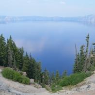 Göldeki maceramıza başlamadan önce Crater Lake'i biraz tanıyalım. Bu gördüğünüz masmavi göl manzarasını Amerika'nın Oregon eyaletinde bulunan 2,487 metre yüksekliğindeki Mazama Dağı'nın zirvesinde yaklaşık 8 bin yıl önce meydana gelen volkanik bir patlamadan sonra oluşan devasa bir çukura borçluyuz.