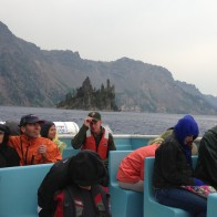 Hava normal şartlarda sıcak olmasına rağmen, yağmur ve rüzgârın etkisiyle teknedekiler soğuktan donmak üzere. Böyle olacağını bilseler yine tura katılırlar mıydı acaba?