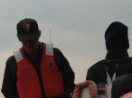 Kaptanımız kara kara düşünüyor teknedekileri buradan nasıl sağ salim çıkartırım diye…