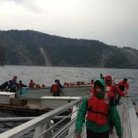 Fırtına üzerine beklenenden erken biten göldeki maceramızın sonunda kaptanımız ve mürettebatımız tekneyi zor da olsa kıyıya yanaştırmayı başarıyor. Tekneden korku içinde ayrılanlar derin bir nefes alırken, göldeki turda iki saatlik bir göl macera ile ayrılıyor.
