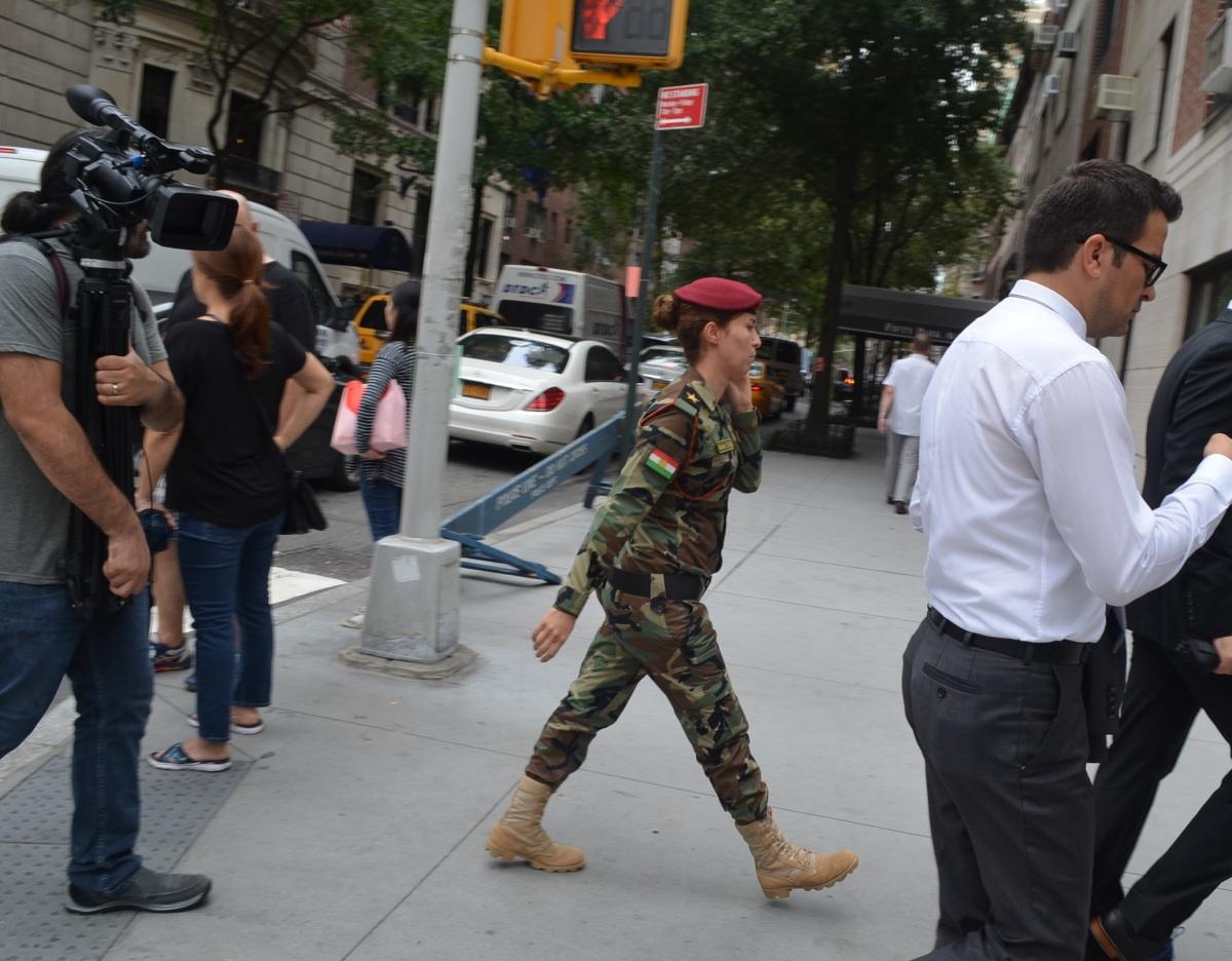 New York sokaklarında bir kadın peşmerge