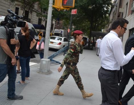 New York sokaklarında bir kadınpeşmerge